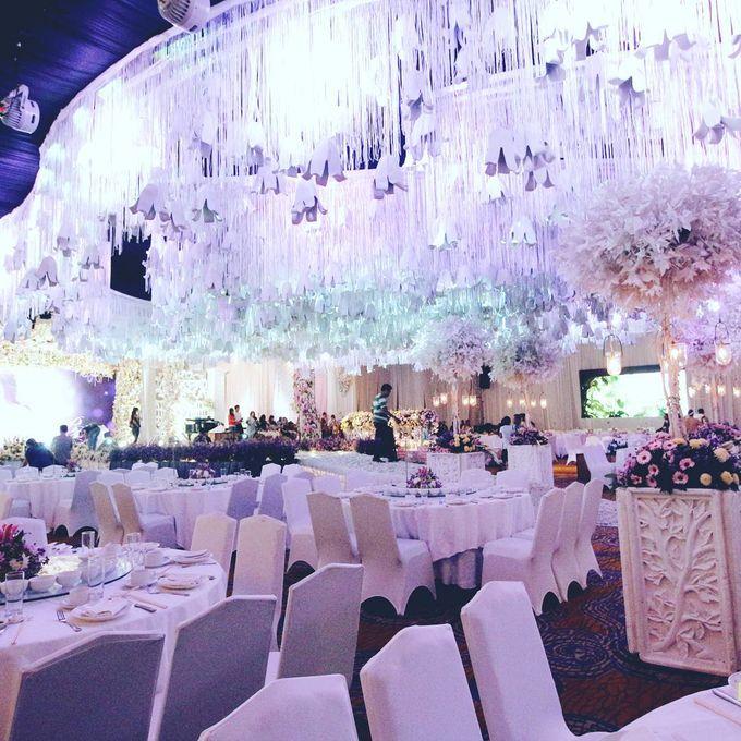 The wedding of budiyarto pearlyn by eden design bridestory add to board the wedding of budiyarto pearlyn by shangri la hotel surabaya 005 junglespirit Images