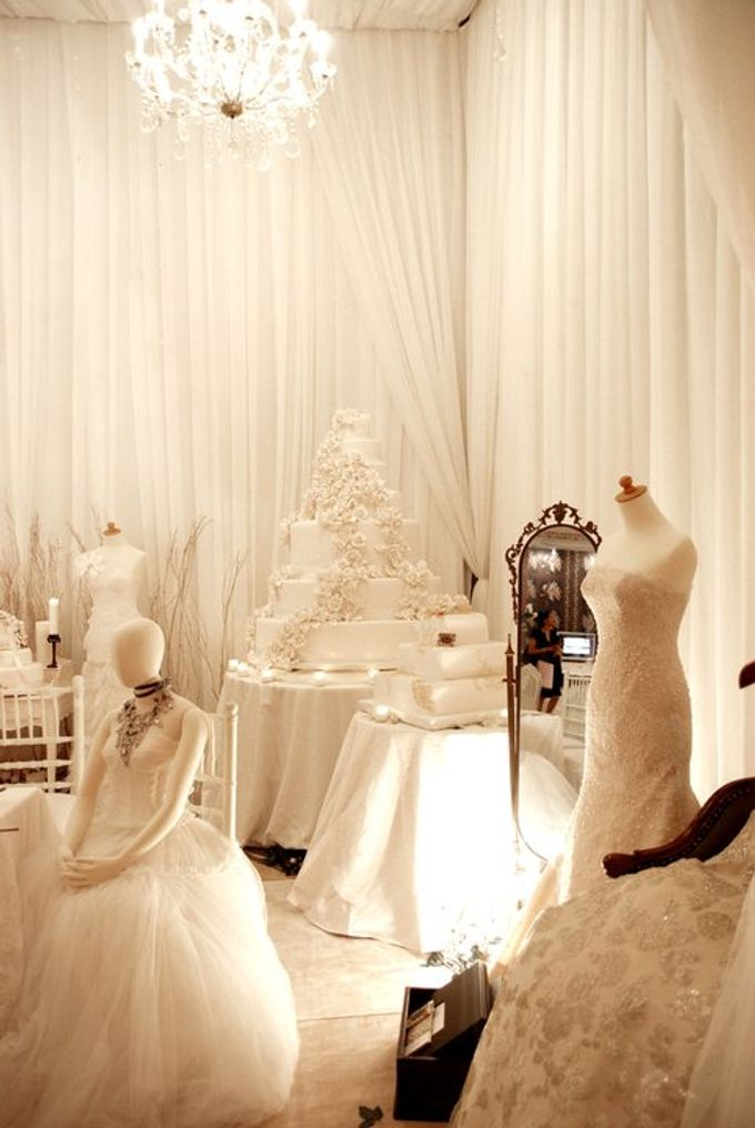 Multitude of white covers a multitude of sins by Tea Rose Wedding Designer - 015