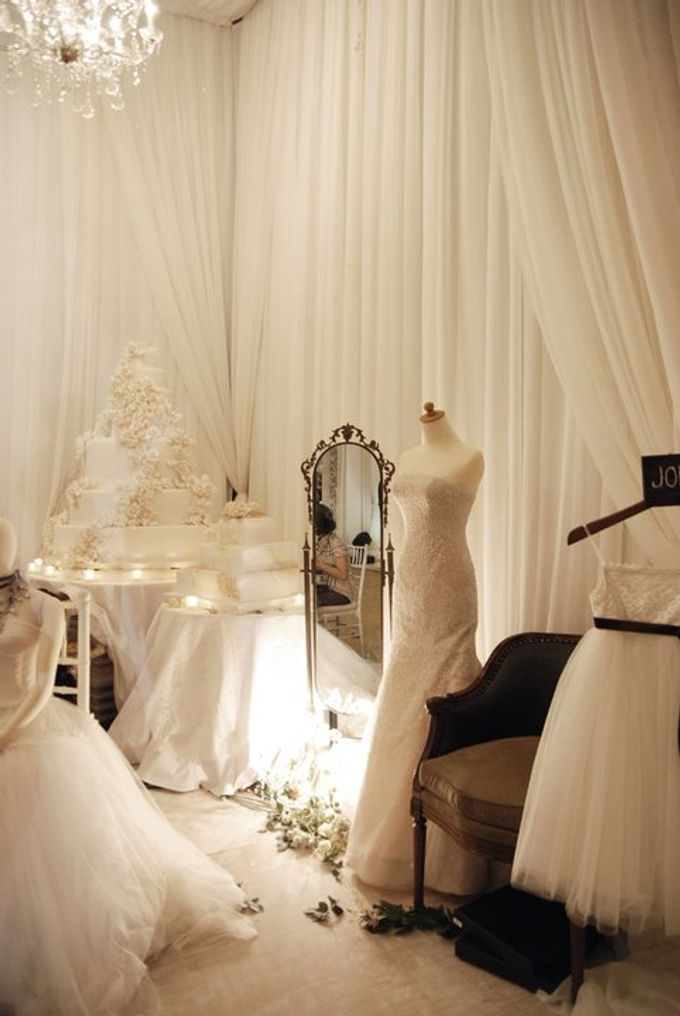 Multitude of white covers a multitude of sins by Tea Rose Wedding Designer - 011