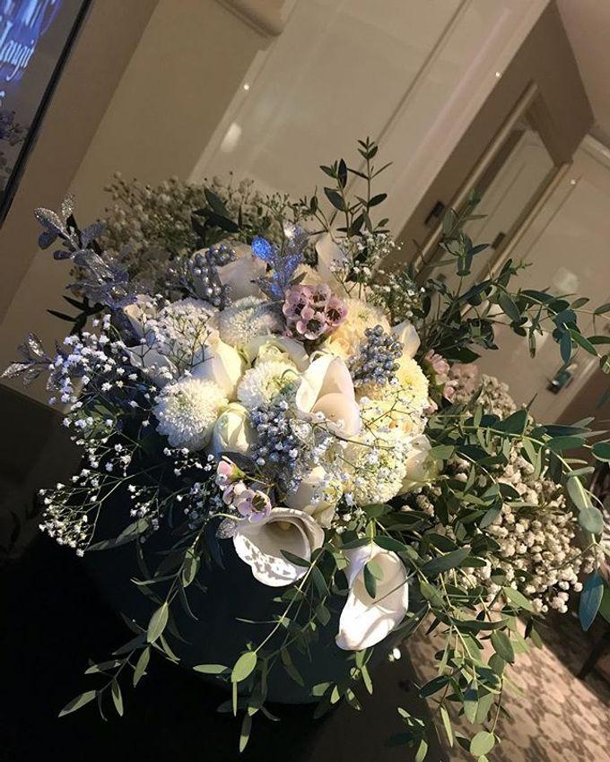 Hand Bouquet by JOVAFLORIST - 035