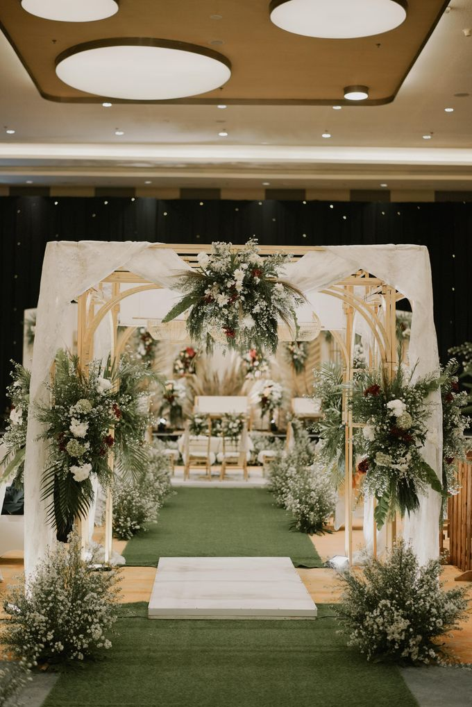 Akad & Resepsi Laras & Agung di Harris Hotel Conventional Hall Summarecon Bekasi by Decor Everywhere - 002