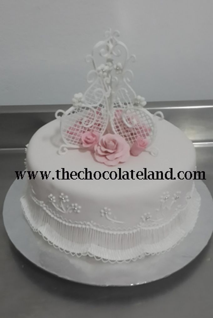 1 tier wedding cake with pink flowers sugar B by The Chocolate Land - 001
