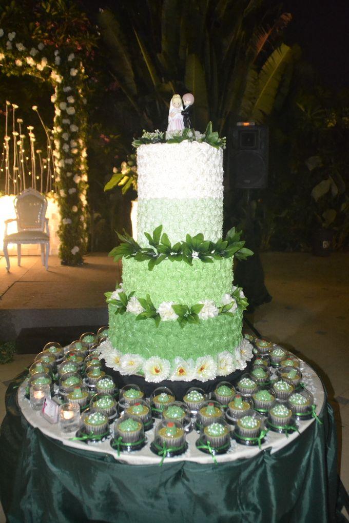 Green & White Wedding Cake & Cupcakes by Diana's Kitchen - 002