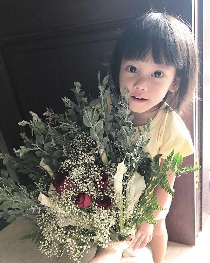 Hand Bouquet by JOVAFLORIST - 018