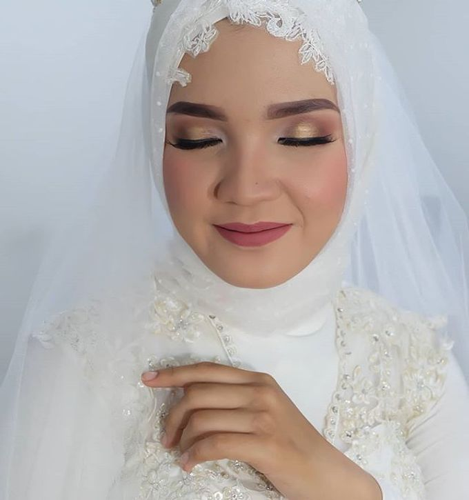 Modern Hijab Wedding by White Make Up and Hair Do - 003