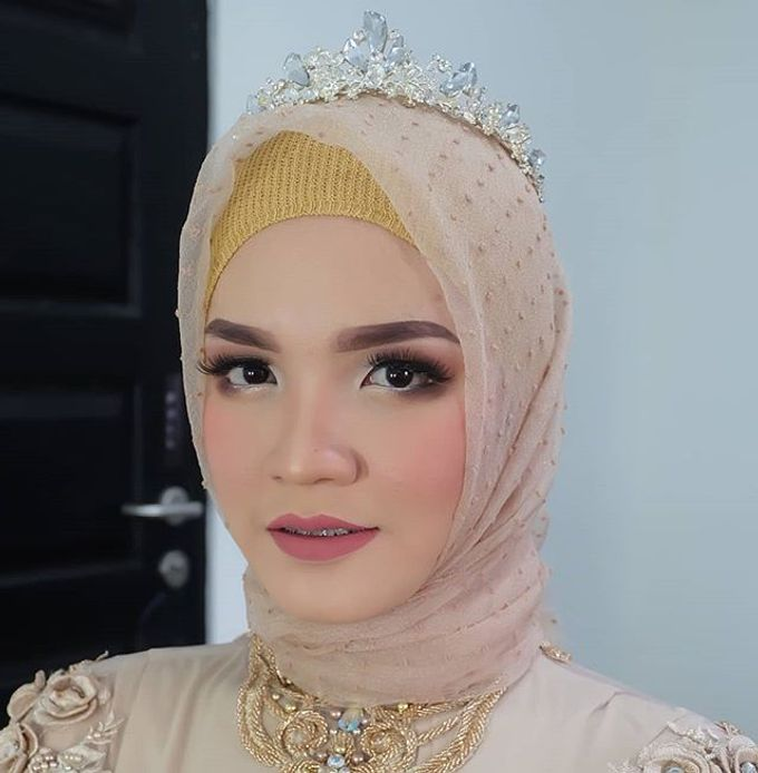 Modern Hijab Wedding by White Make Up and Hair Do - 005