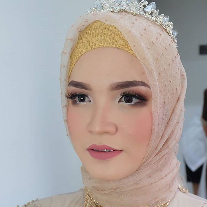 Modern Hijab Wedding by White Make Up and Hair Do - 006