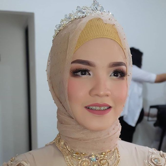 Modern Hijab Wedding by White Make Up and Hair Do - 004