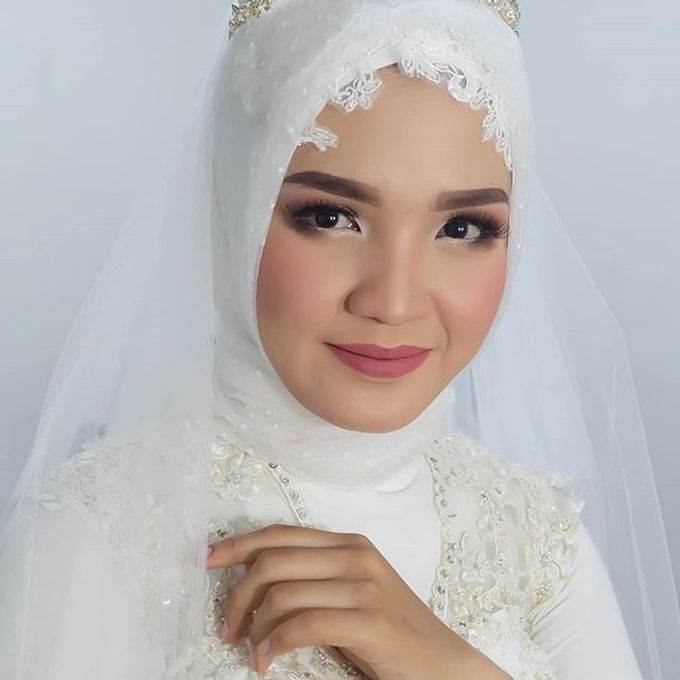 Modern Hijab Wedding by White Make Up and Hair Do - 001