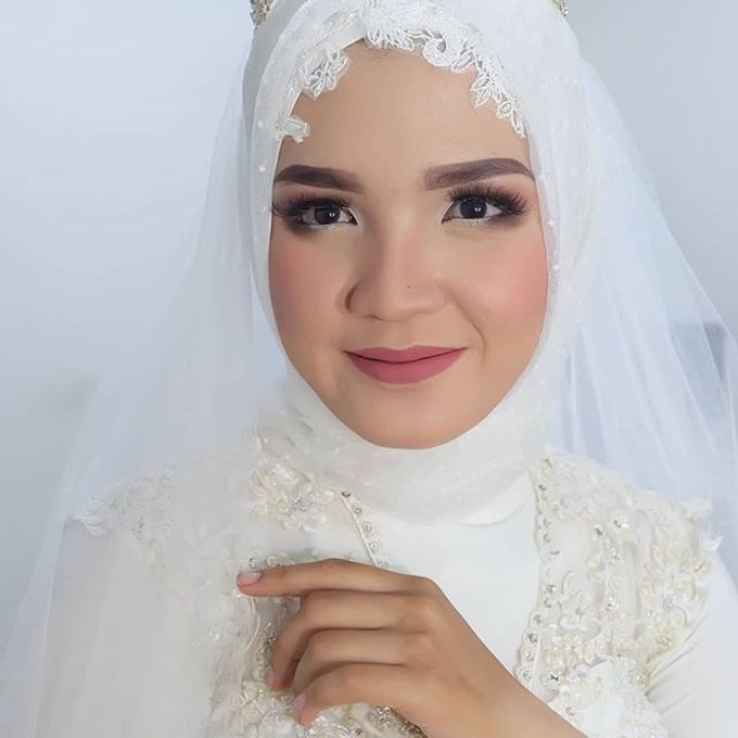 Modern Hijab Wedding by White Make Up and Hair Do - 002