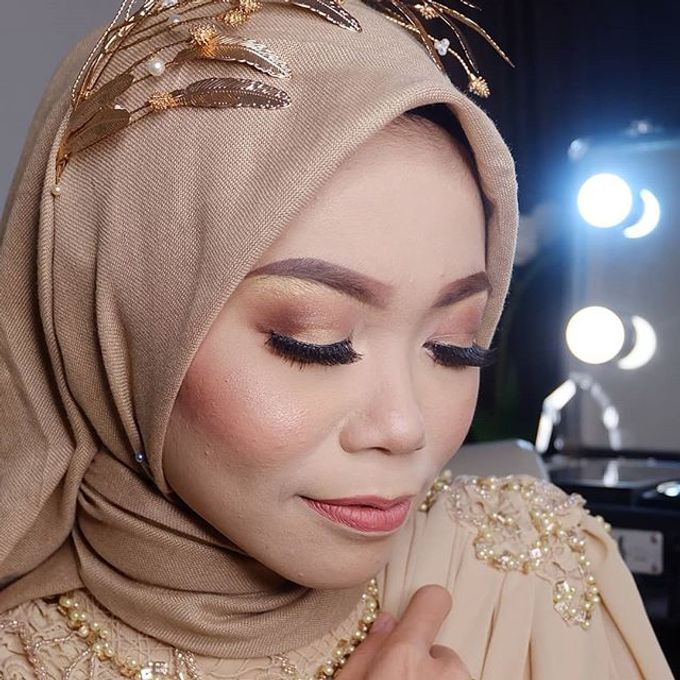 Modern Hijab Wedding by White Make Up and Hair Do - 008