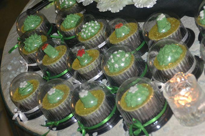 Green & White Wedding Cake & Cupcakes by Diana's Kitchen - 003
