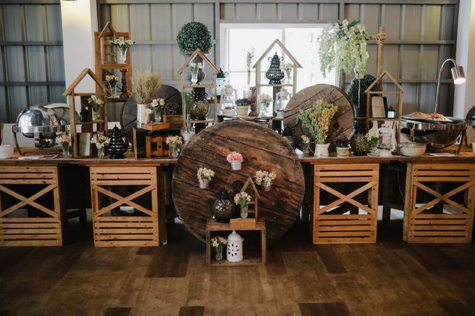Barn Themed Wedding - Oliver and Sally by Mot Rasay Photography - 008