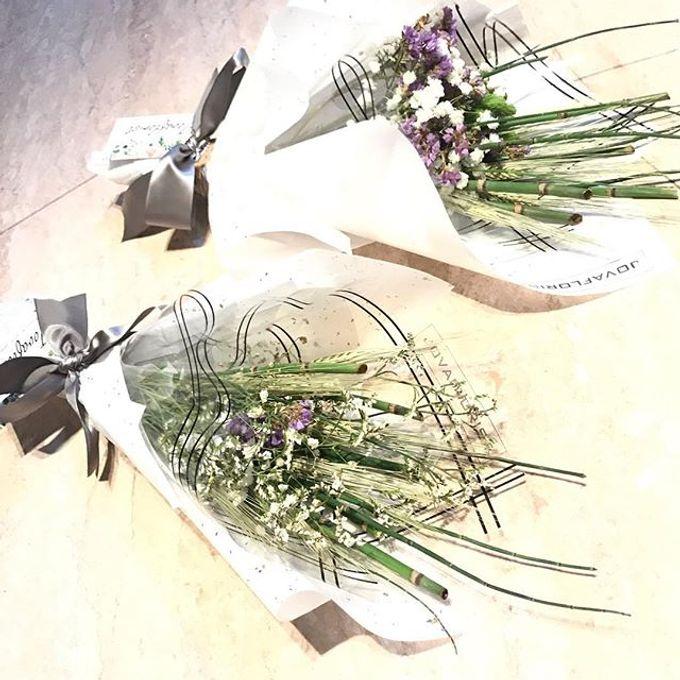 Hand Bouquet by JOVAFLORIST - 006