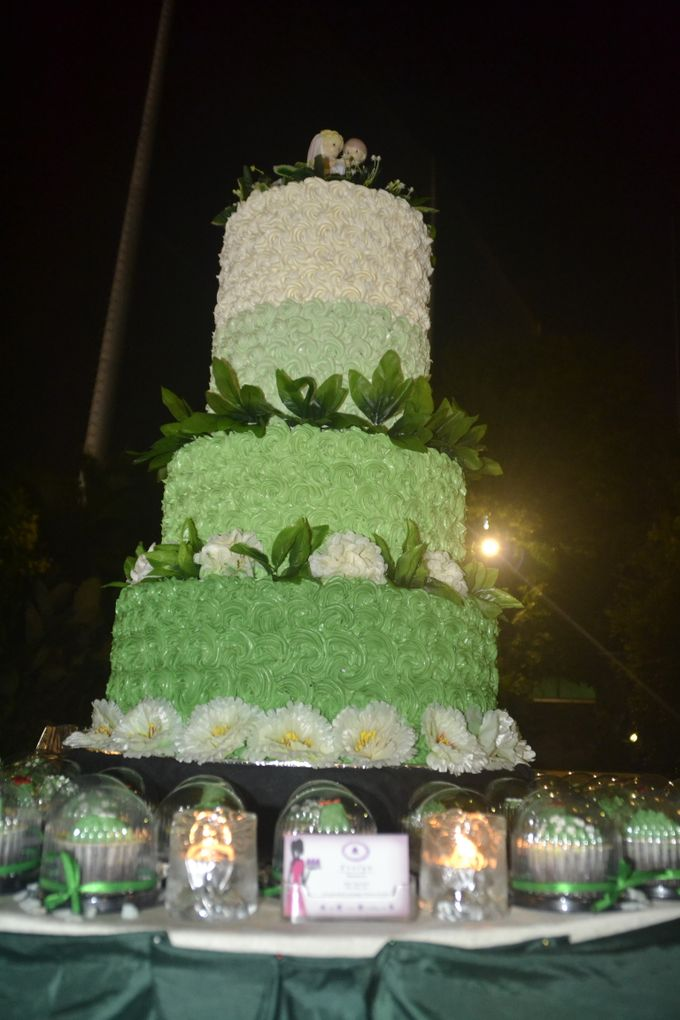 Green & White Wedding Cake & Cupcakes by Diana's Kitchen - 005