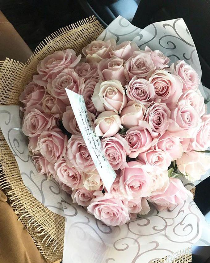 Hand Bouquet by JOVAFLORIST - 001