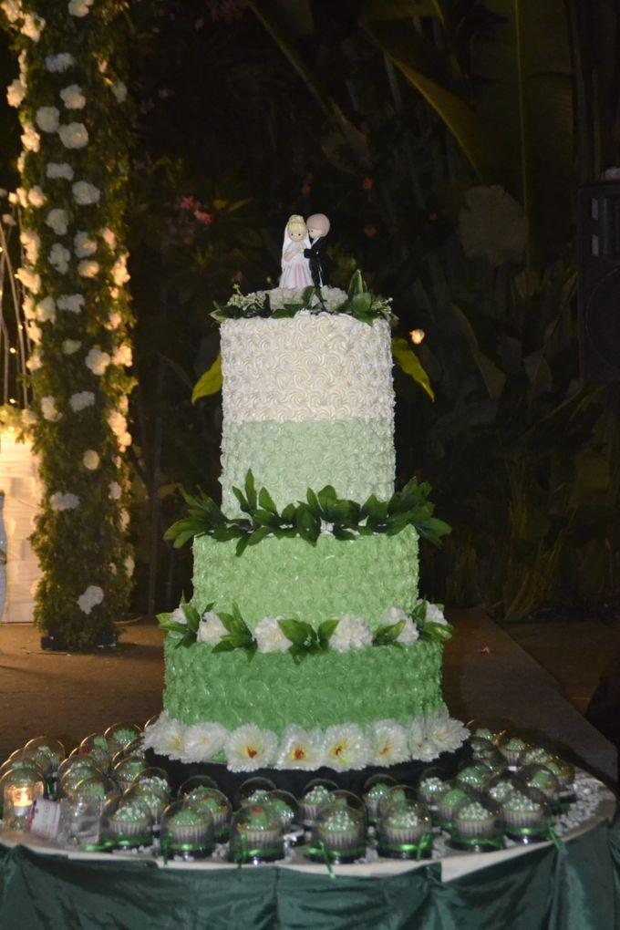 Green & White Wedding Cake & Cupcakes by Diana's Kitchen - 006