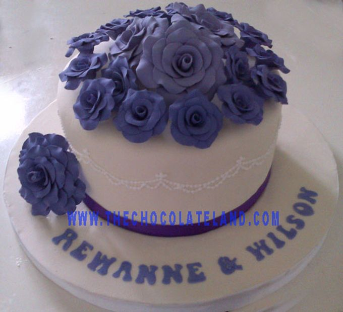 Add To Board 1 Tier Wedding Cake With Purple Flowers By The Chocolate Land