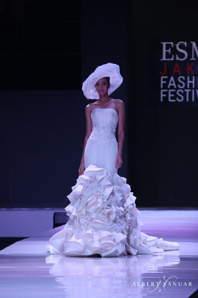 SPRING SUMMER 2013 LA VIE EN ROSE - Esmod Jakarta Fashion Festival by Albert Yanuar - 009