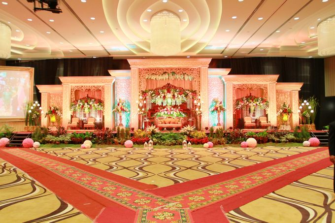 Traditional wedding by crowne plaza semarang bridestory add to board traditional wedding by crowne plaza semarang 004 junglespirit Image collections