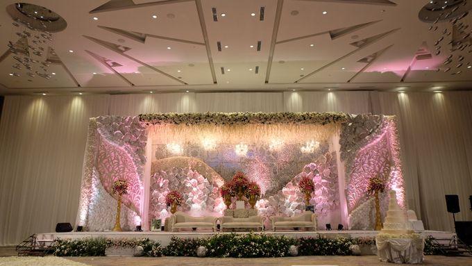 Wedding of rian lisa by novotel tangerang bridestory add to board wedding of rian lisa by novotel tangerang 011 junglespirit Images