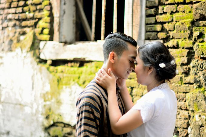Out door photo prewedding concept by headroom picture - 003