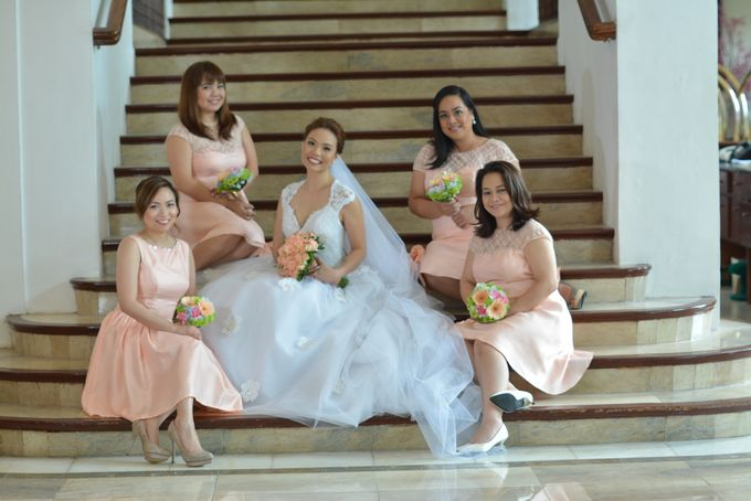 THE BRIDE WITH HER GROOM AND ENTOURAGE by Peter Lim - 004