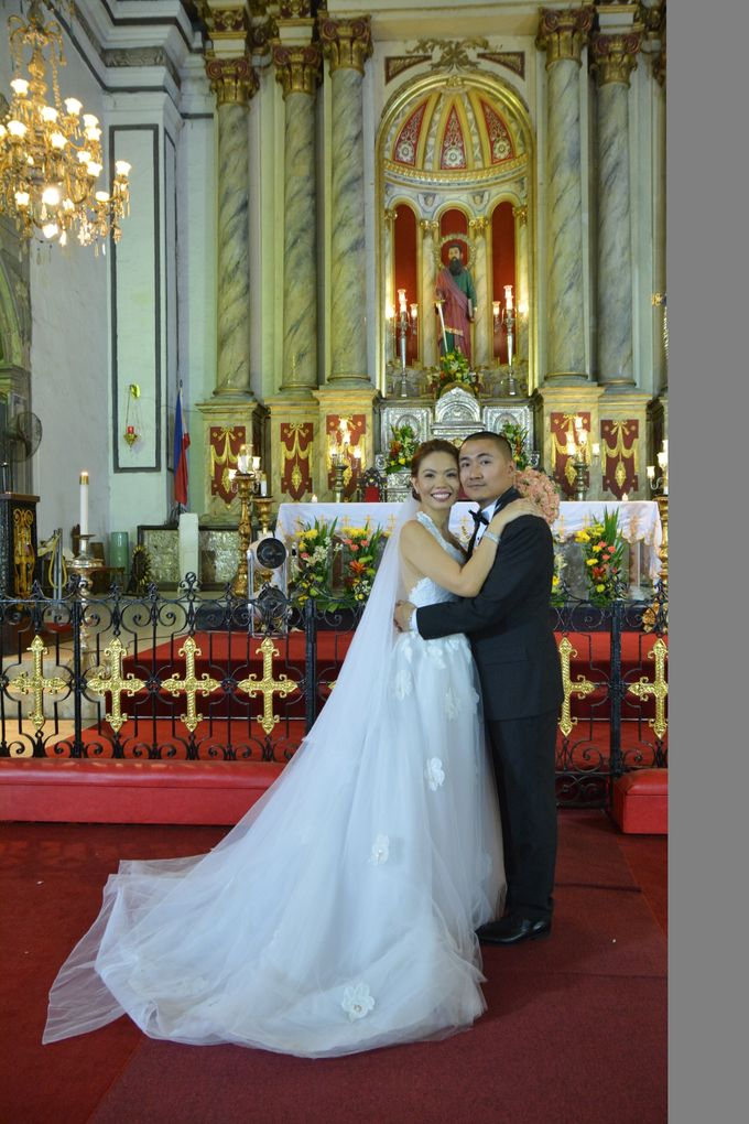 THE BRIDE WITH HER GROOM AND ENTOURAGE by Peter Lim - 005