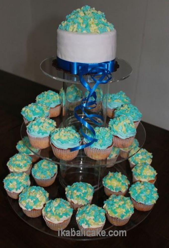 Wedding Cake And Cupcakes Ika Bali Cake Bridestory