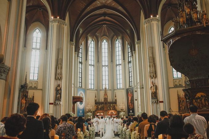 Cathedral Jakarta & The Edge Uluwatu | Duo City Wedding of Julia & Erick by ILUMINEN - 028