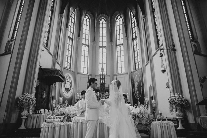 Cathedral Jakarta & The Edge Uluwatu | Duo City Wedding of Julia & Erick by ILUMINEN - 033