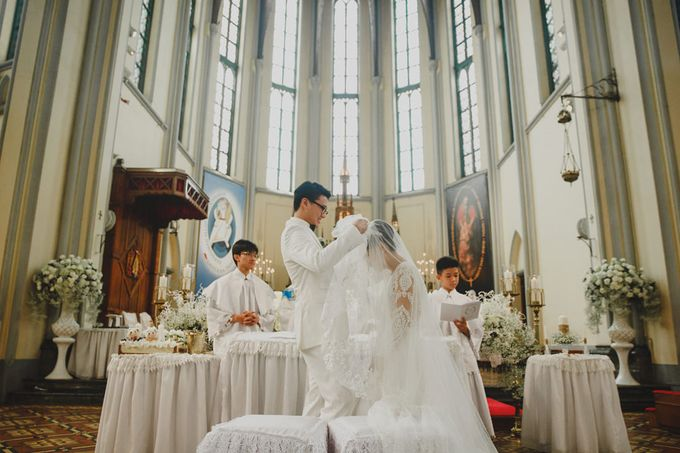 Cathedral Jakarta & The Edge Uluwatu | Duo City Wedding of Julia & Erick by ILUMINEN - 036