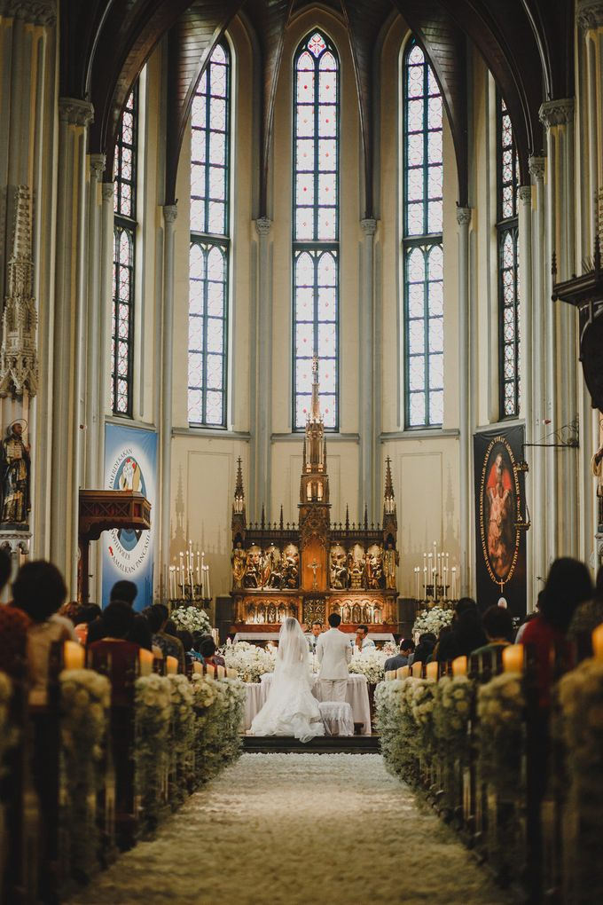 Cathedral Jakarta & The Edge Uluwatu | Duo City Wedding of Julia & Erick by ILUMINEN - 040