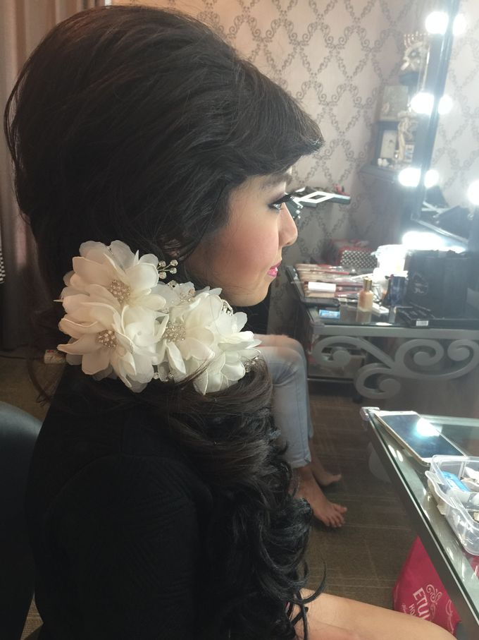 Makeup and Hairdo for Bride by Lee Cinthya Makeup Artist - 005