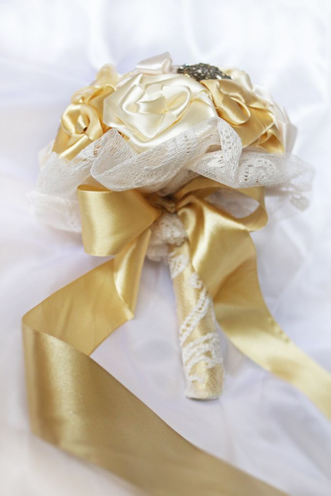 Vintage Gold Bridal Brooch Bouquet by Marini Bouquets - 006