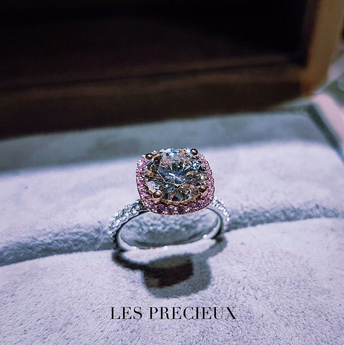 ROUND DIAMOND WITH PINK SAPPHIRE HALO ENGAGEMENT RING by LES PRECIEUX - 001