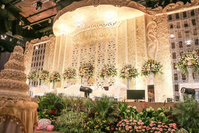 White Champagne Wedding by deLight Jakarta | Bridestory.com