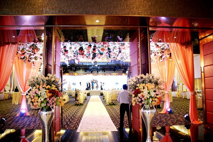 Wedding in ballroom by grand mercure medan angkasa bridestory add to board wedding in ballroom by grand mercure medan angkasa 004 junglespirit Images