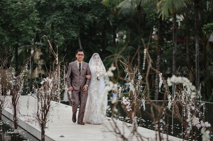 Simple and Modern Rococo style wedding at the Island of Gods by Priscilla Myrna - 023