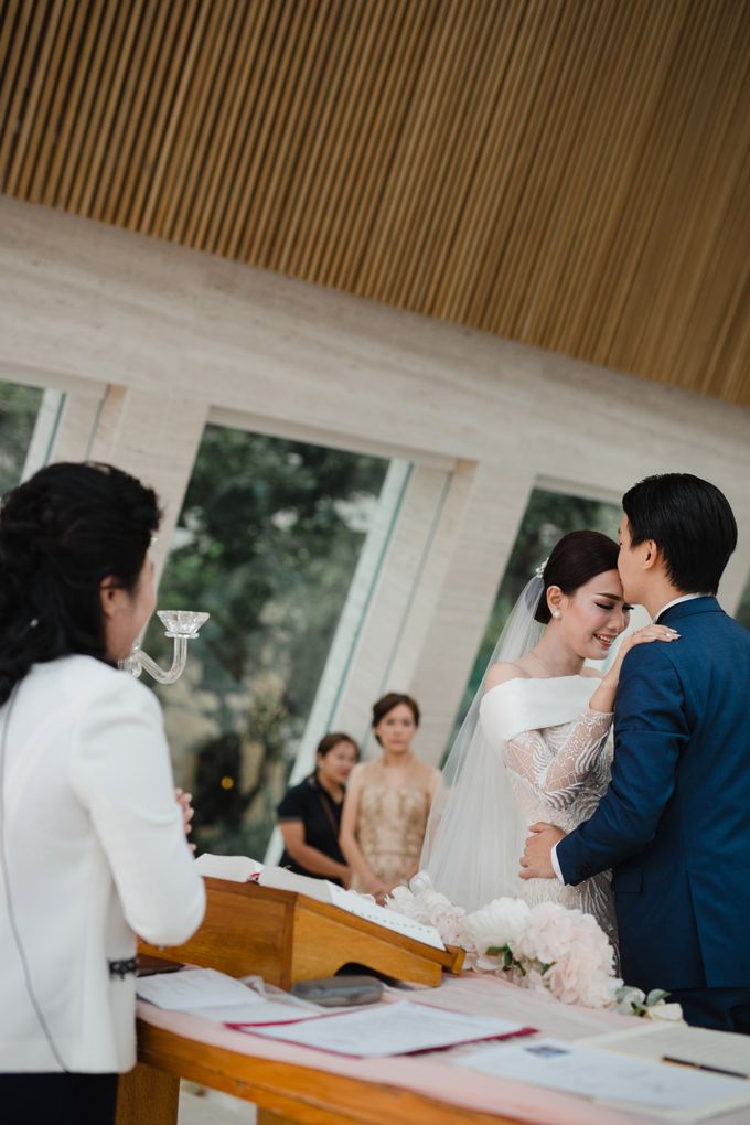 Simple and Modern Rococo style wedding at the Island of Gods by Maxtu Photography - 033