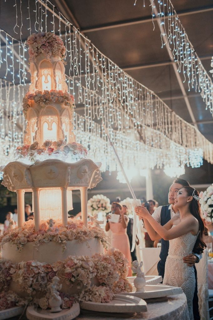 Simple and Modern Rococo style wedding at the Island of Gods by Maxtu Photography - 048