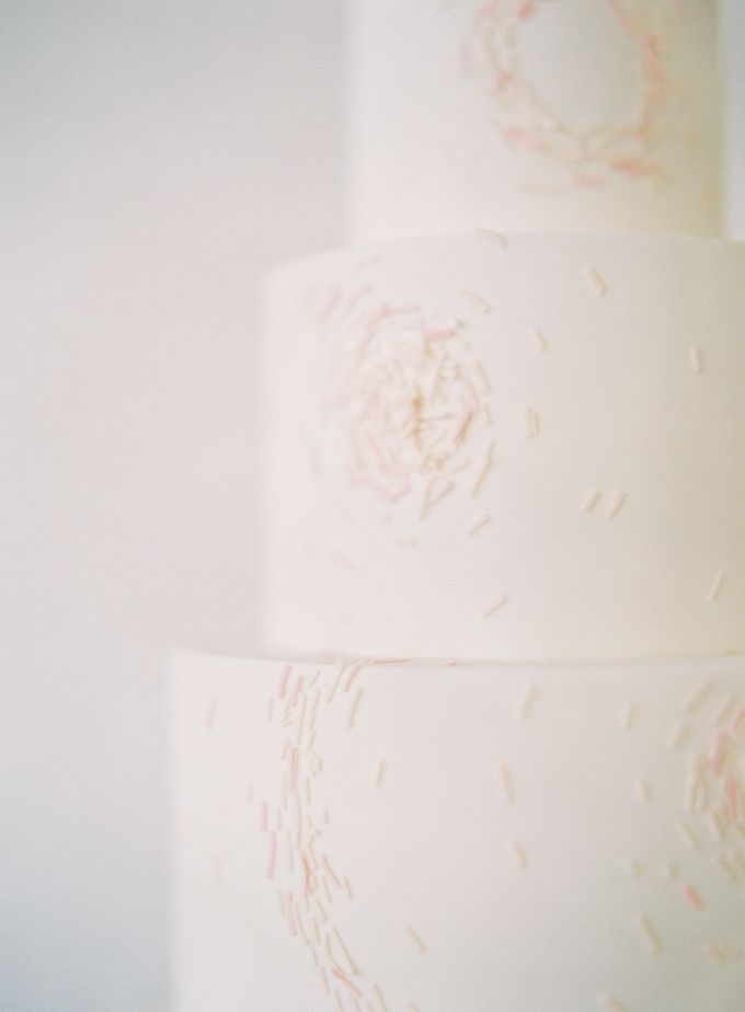 Colorful and Romantic Wedding Cake Inspiration by Jen Huang Photo - 019