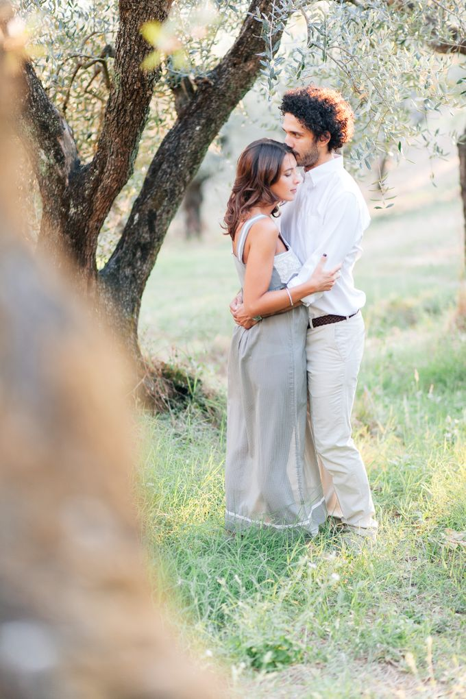 Romantic engagement in tuscany countryside by PURE wedding photography - 004