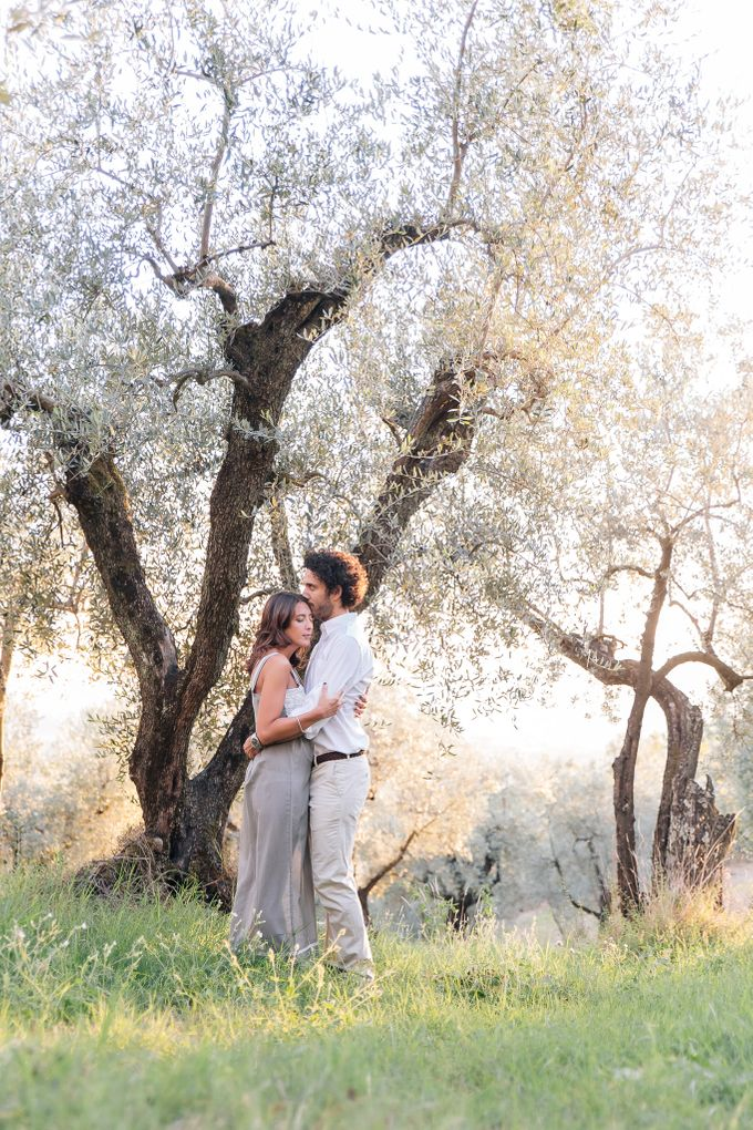 Romantic engagement in tuscany countryside by PURE wedding photography - 005