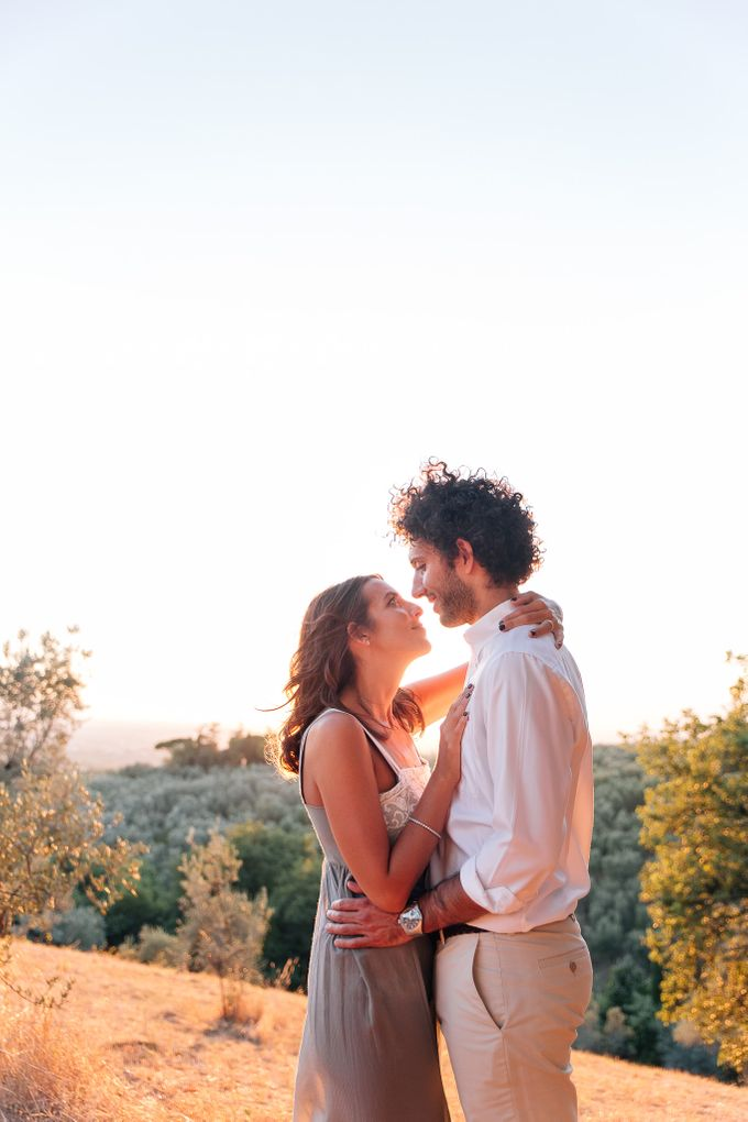 Romantic engagement in tuscany countryside by PURE wedding photography - 009