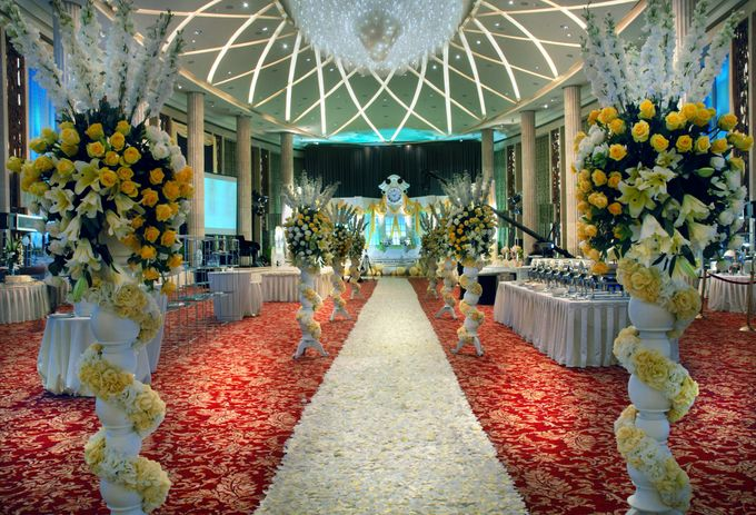 Wedding at bali room hotel indonesia kempinski jakarta by hotel add to board wedding at bali room hotel indonesia kempinski jakarta by lotus design 002 junglespirit Gallery
