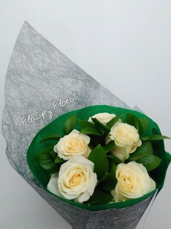 Hand Bouquet For Pre Wedding Photoshoot by Flowpy Florist - 002