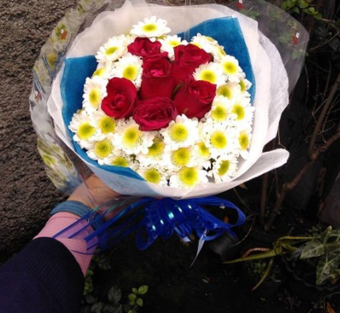 Hand Bouquet For Pre Wedding Photoshoot by Flowpy Florist - 003
