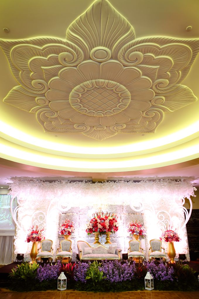 Engagement of Purnama and Livia at Hotel Borobudur Jakarta. by The Swan Decoration - 001