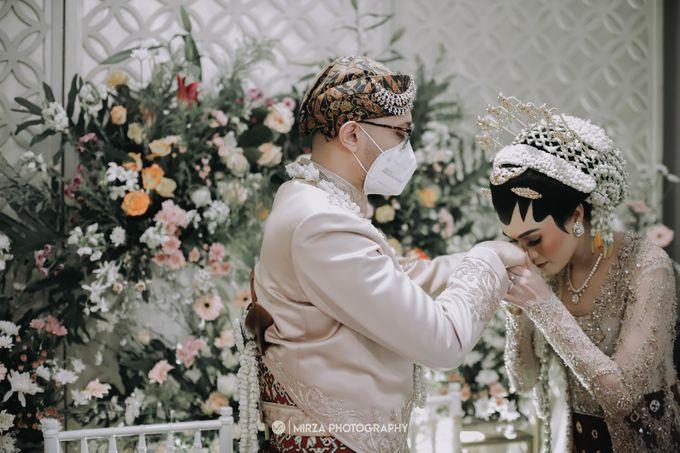 Dinda & Ryan Wedding at Shangri-La Hotel by Mirza Photography - 005